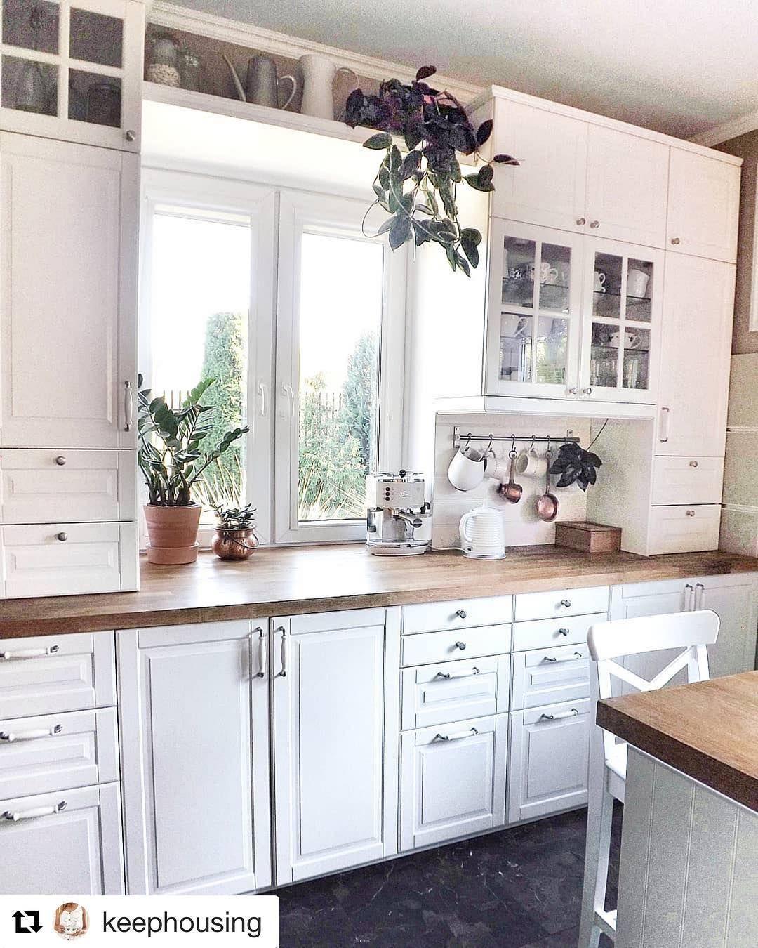 Skoro Jestesmy W Temacie Kuchni W Stylu Angielskim Keephousing Jest Piekna A Polka Nad Oknem To Super Pomysl Kitchen Renovation Home Decor Kitchen