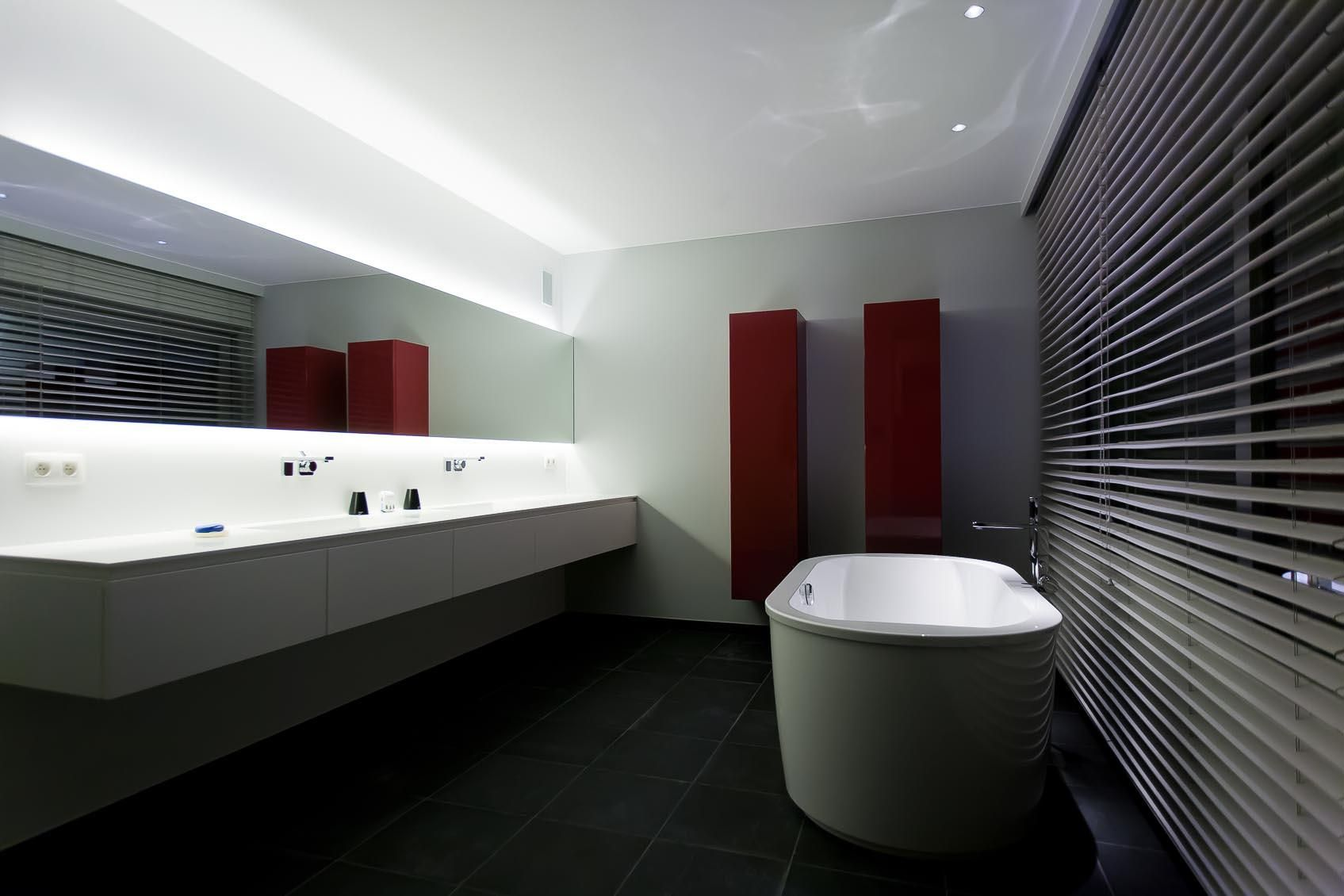 Led In Badkamer : Moderne strakke badkamer met indirecte led spiegelverlichting up