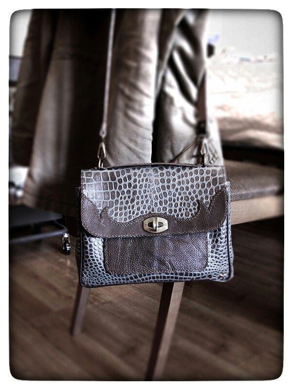 Bolso de cuero hecho a mano con textura de cocodrilo. Hand made leather purse crocodile embossed.  #cuero #piel #bolso #purse #leather #leatherwork #artesanía #saddle