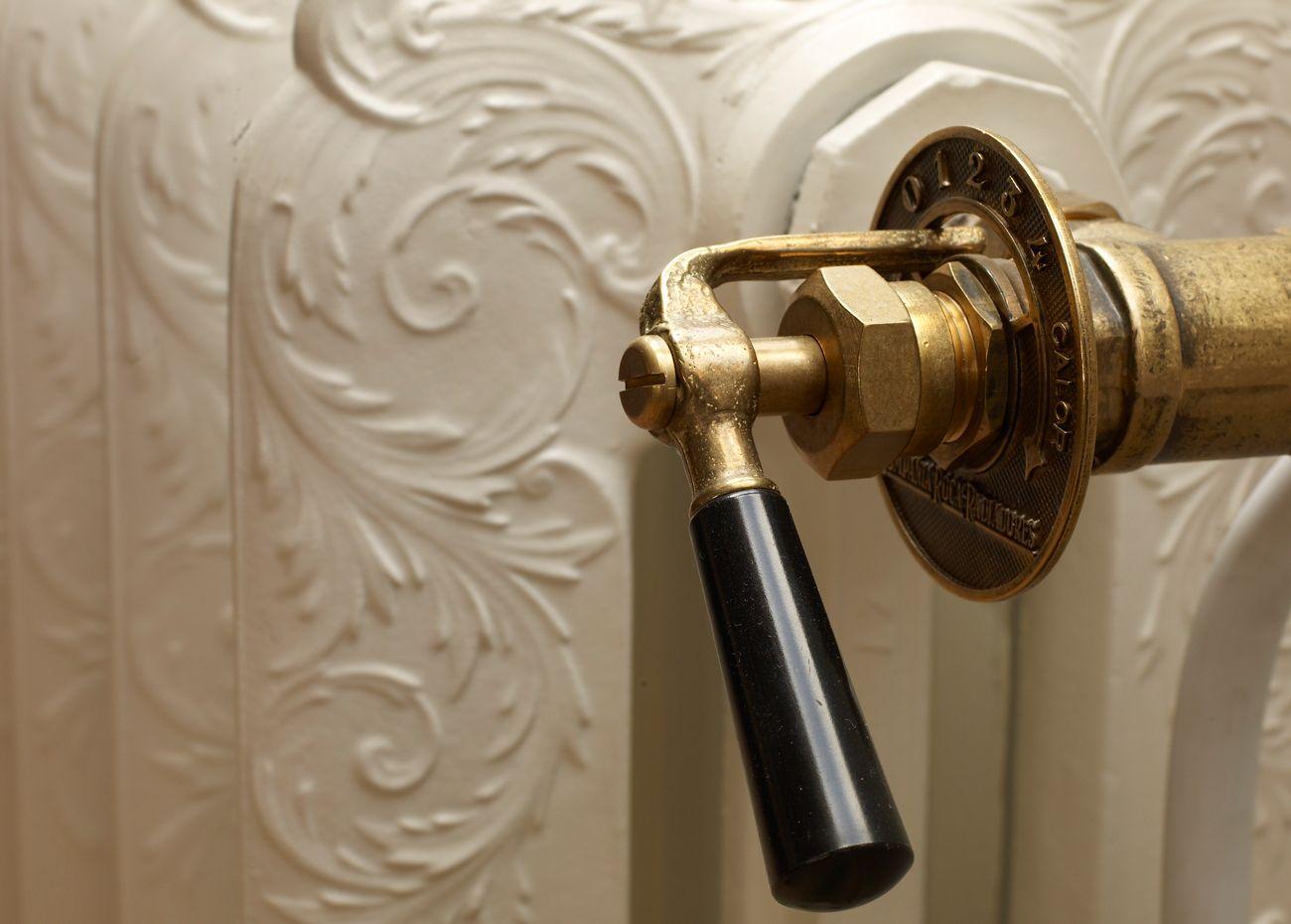 Klassieke Interieur Accessoires : Radiatorkranen bronzen accessoires voor de rococo radiatoren