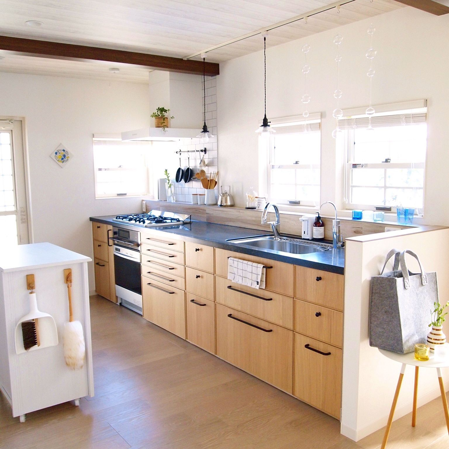 キッチン ガスオーブン 白い箱は作業台兼ゴミ箱収納 ペンダントライト キッチン窓 などのインテリア実例 2017 07 10 20 50 32 Roomclip ルームクリップ リビング キッチン キッチン キッチンアイデア