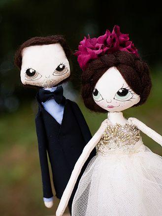 Olivia y trapo son dos muñecos de trapo enamorados, hechos a mano, artesanales, personalizados. Para que sirvan de wedding topper cake en una boda estilo boho.