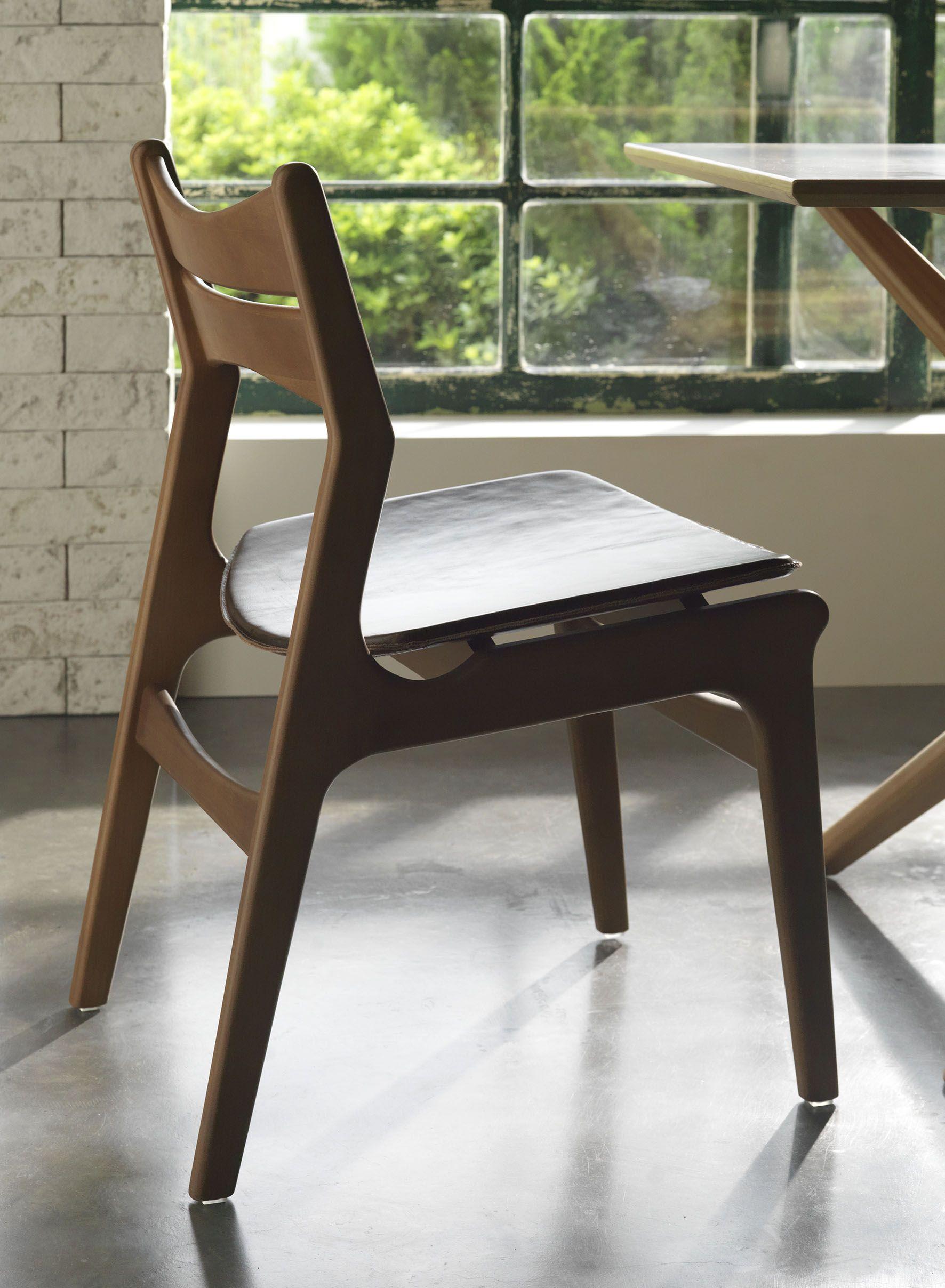 Cadeira Lyrique. A madeira Tauari esculpida em delicadas curvas, o toque macio e suave da textura de suas anatomias.