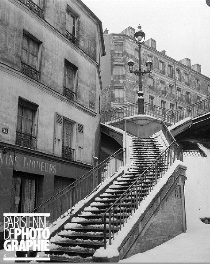 L\'escalier de la rue Vilin sous la neige, en 1947. Une photo de ...