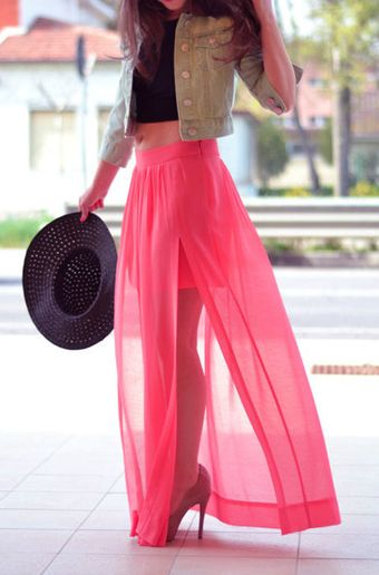 What a cool idea! Chiffon over a shorter skirt for a breezy maxi-skirt look. The cropped tops are also interesting, but I don't think I'll ever be able to show my belly that way. The hat goes really well, too, but I don't see myself wearing very wide-brimmed hats. I like the jean jacket--denim and chiffon are an unexpected combination.