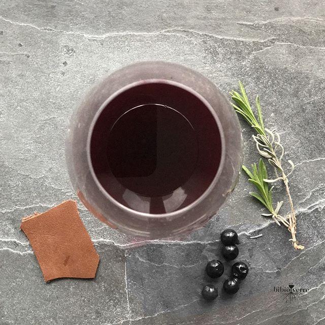 Les vins biodynamiques ne sont pas des produits standards comme les bouteilles de soda. Ce sont des vins VIVANTS. Ce qui explique quun jour ils peuvent se déguster très bien un autre beaucoup moins. Ce nest pas un défaut loin de là. Cest même leur grande force celle doffrir un plaisir sans cesse renouvelé.   Evelyne Malnic LE GUIDE DES VINS EN BIODYNAMIE 2015 (Féret) #glouglou #levuresindigenes #WineTasting #biowine #vindefrance #vinfrancais #biodynamie #vinbiodynamique #vendreditoutestpermis#ch