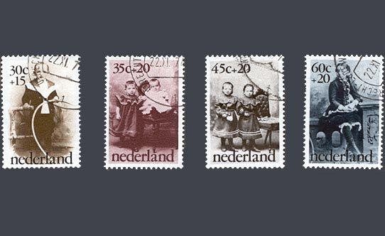 """De kinderpostzegels uit 1974 met het thema """"Kinderen van rond 1900"""". Van de familie Van Bruggen. Ontwerp: A. Lucassen"""