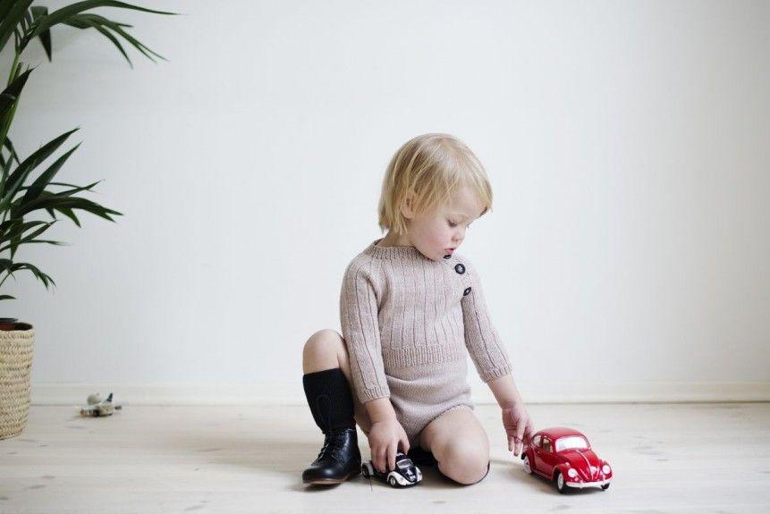WINTER PLAYSUIT: Så Guttefin som man kan bli. Strikket i Drops Baby Merino eller annet garn som tilsvarer strikkefasthet 24 m = 10 cm. Str 0 - 3 år. Rundpinne 3/ 3.5.