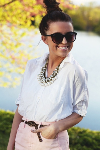 Look do Dia = Camisa Branca + Cinto + Rosa