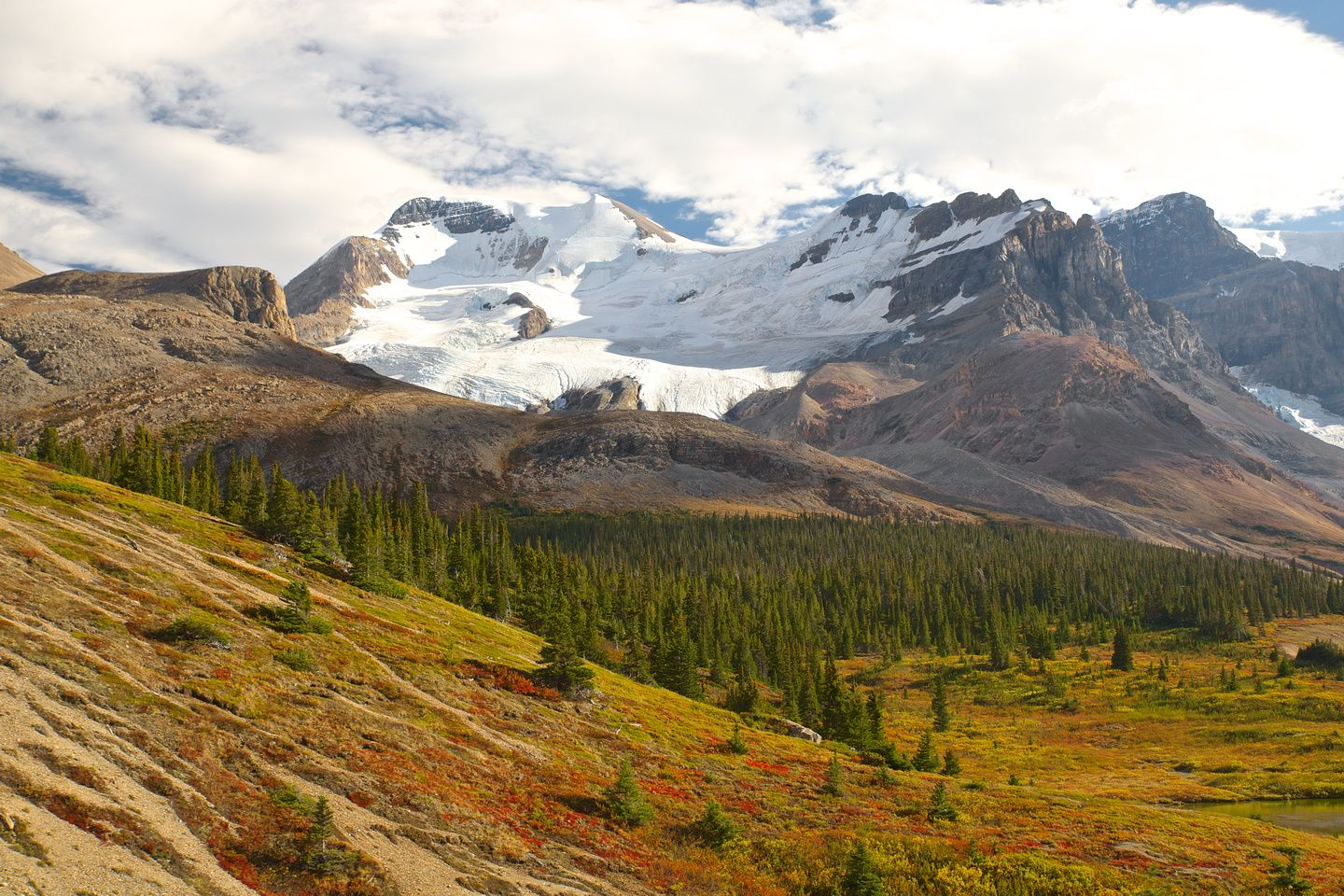 Amazing view of the canadian rockies during early fall