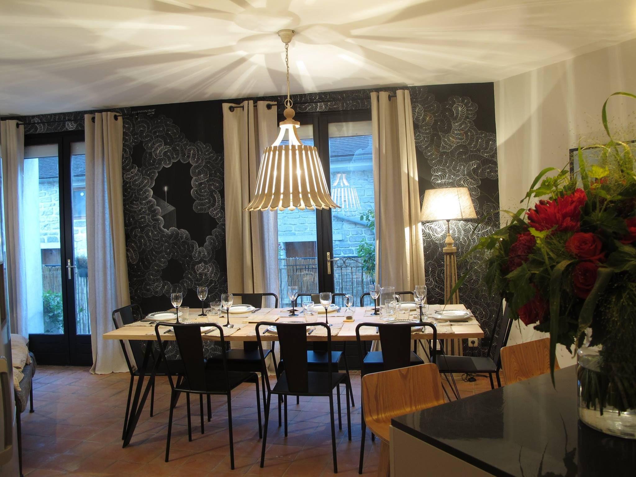 Salle à manger chic, moderne, noire, déco industrielle http://labottesecrete.fr/