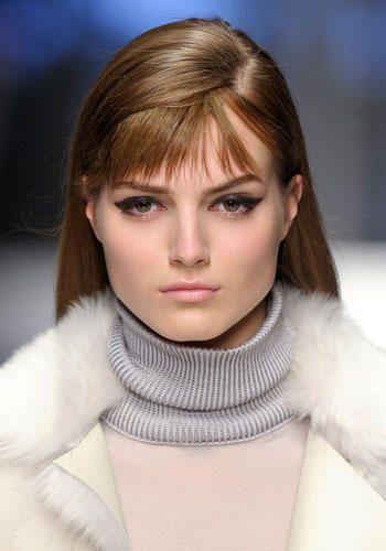 Con i capelli lunghi o medi puoi realizzare la riga laterale che lascia spazio anche a una frangia sottile e sfilacciata.