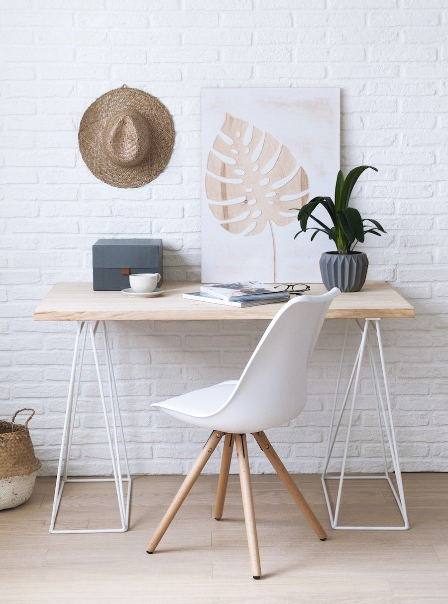 Estudio con escritorio y silla en blanco y madera for Sillas de madera para escritorio
