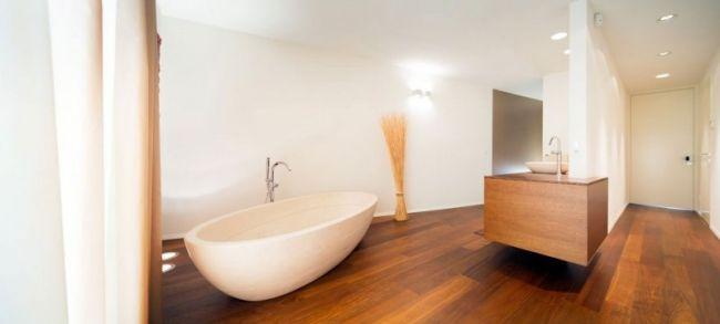 minimalistisches bad dielenboden holz waschtisch badewanne oval ...