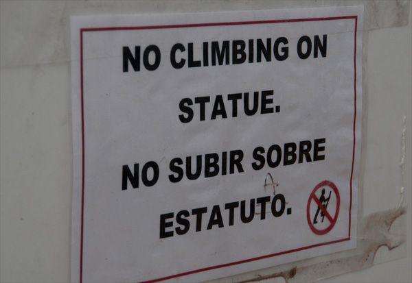 No climbing on statue | No subir sobre estatuto