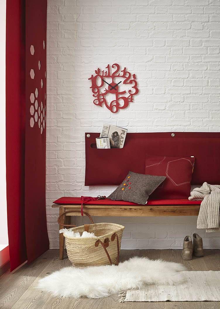 wohnzimmer deko aus filz in dunkelrot vorhang auf ma mit