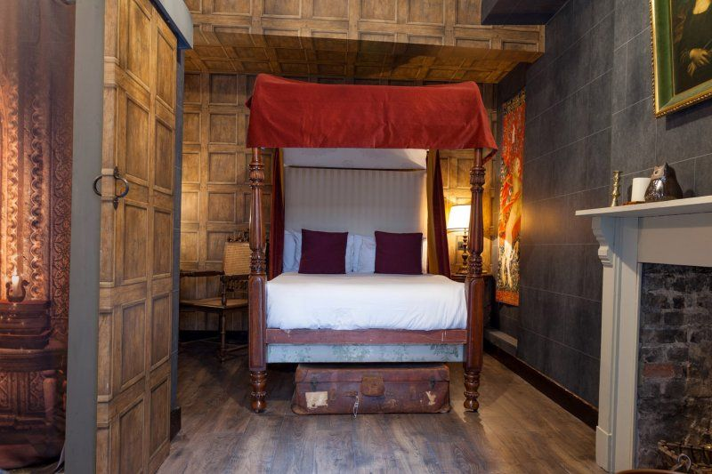 Stay In The Magical Harry Potter Hotel London S Georgian House Offers Wizard S Chambers Harry Potter Hotel Room Themes Harry Potter Bedroom