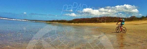 Tomy en bici por la playa. Playa Guiones. Costa RIca.