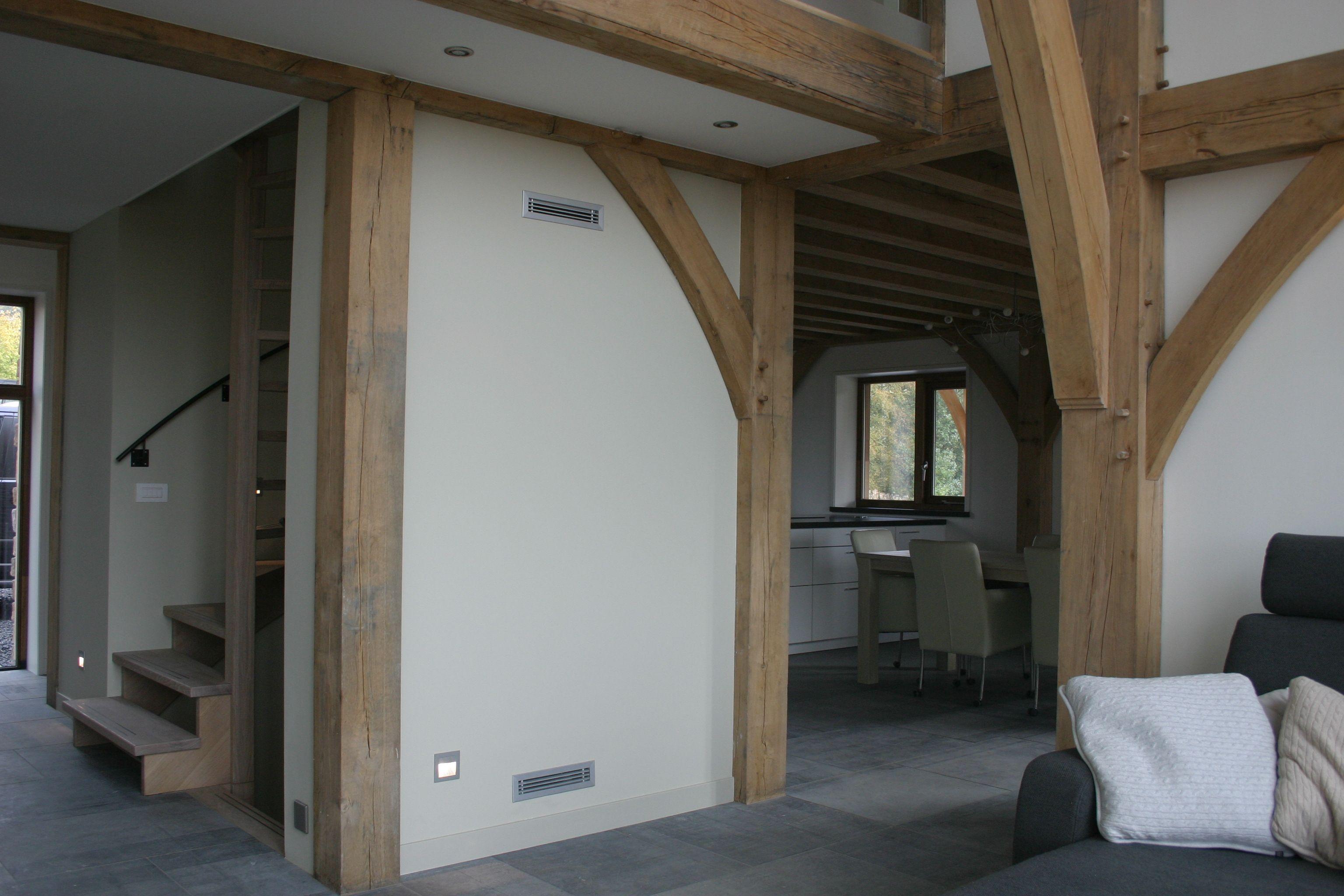 De woonkamer met vide met zicht op de open keuken en de trapopgang ...