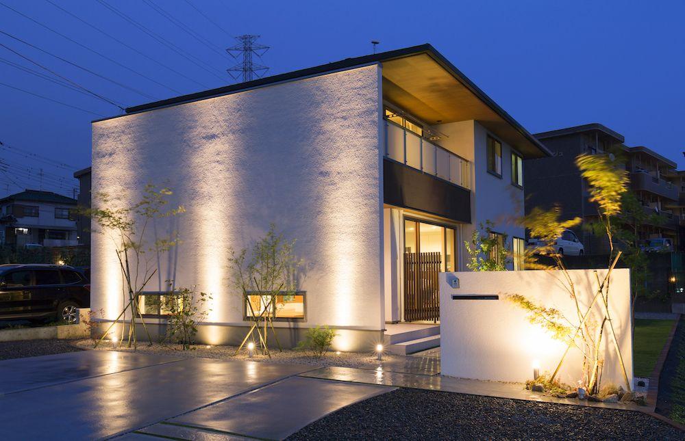 壁面のライトアップで華やかな空間を演出 エクステリア 景観照明 外観 住宅 モダン