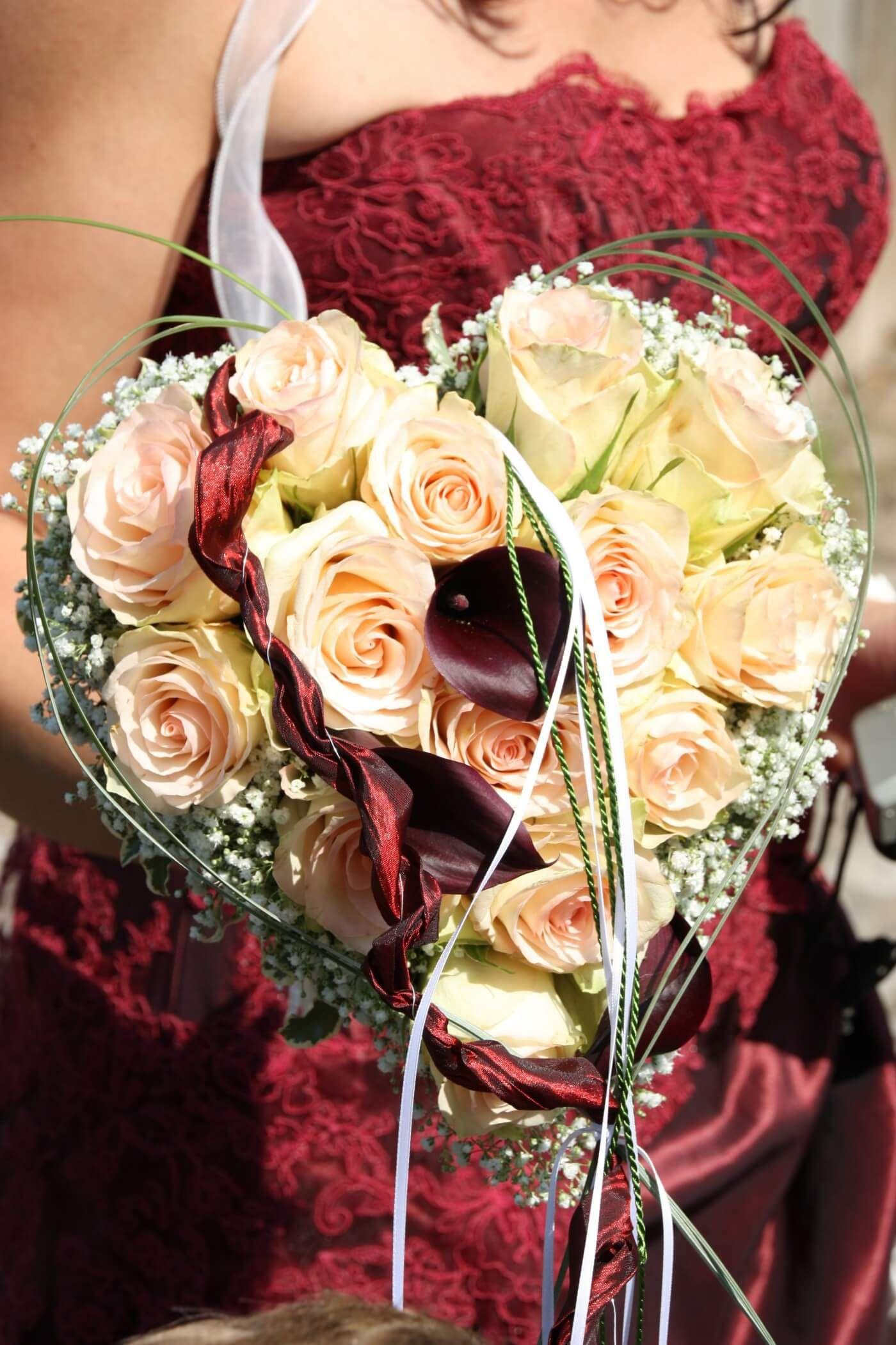 Brautstrauß Herz rotes Kleid