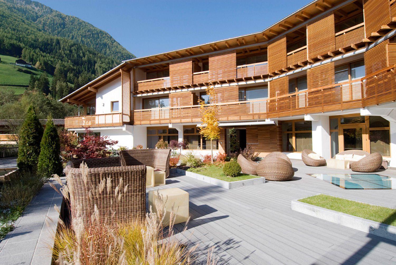 das designhotel feldmilla im tauferer ahrntal in suedtirol - aussenansicht im sommer www.feldmilla.com