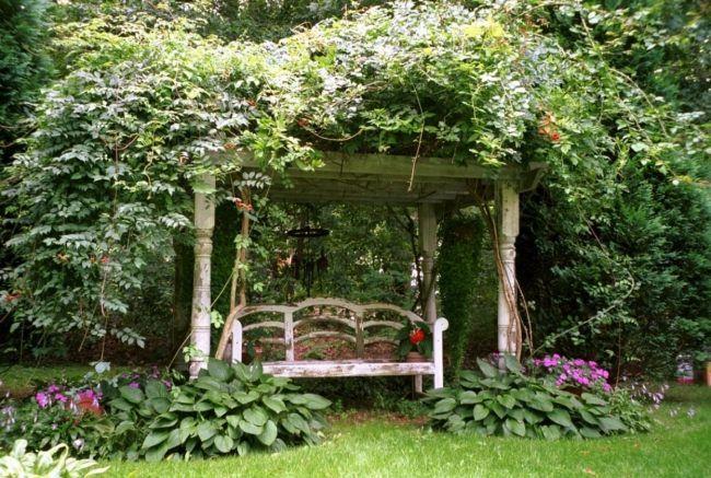 Bauerngarten pergola begrünung rustikale bank romantisch garten