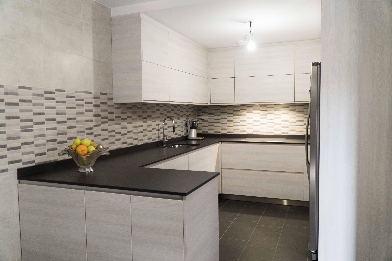 Cocina moderna blanca en madera sin tiradores y encimera - Amueblamiento de cocinas ...