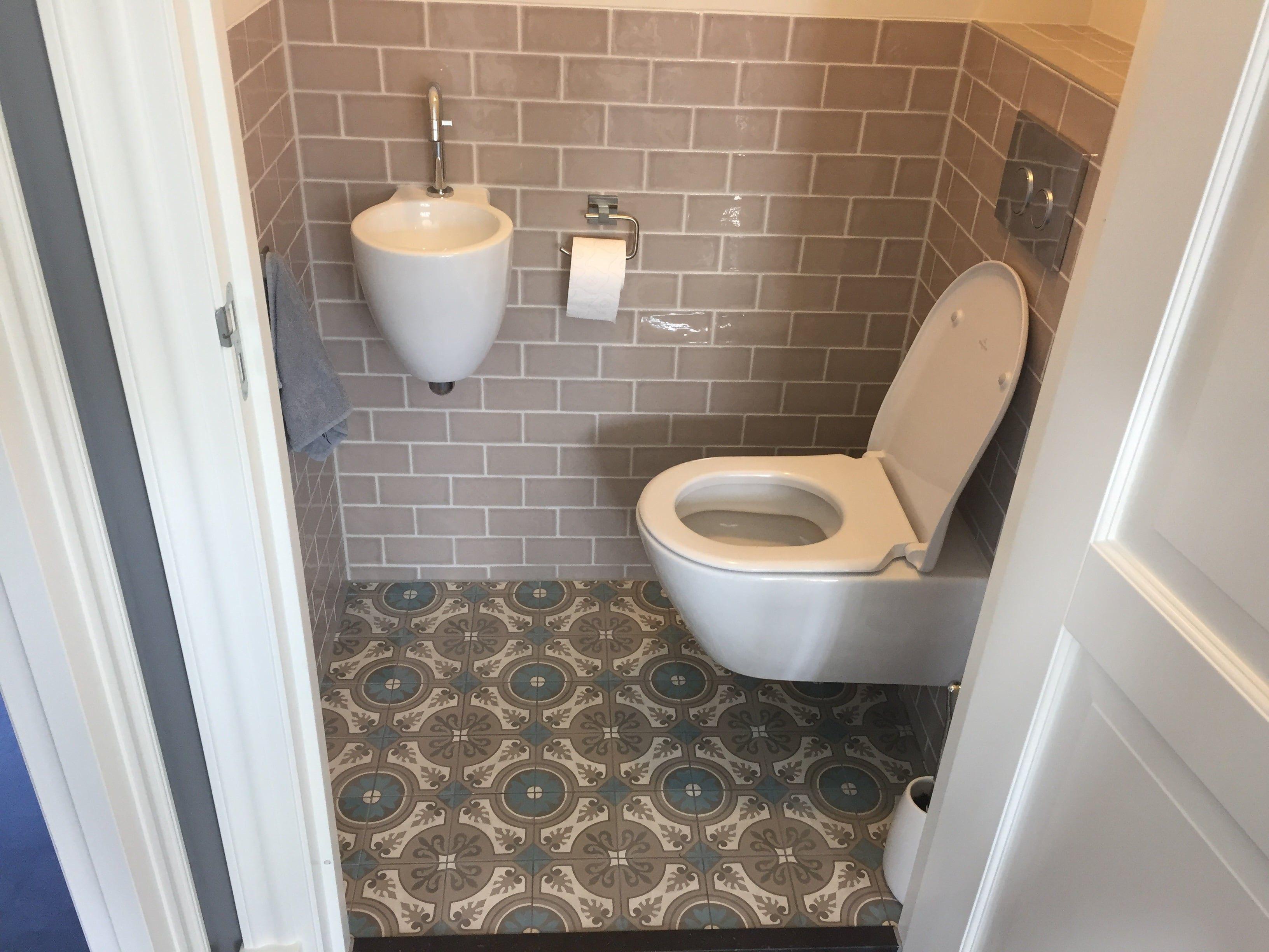 Landelijk Badkamer Tegels : Landelijke toiletruimte met cement patroon tegels op de vloer en