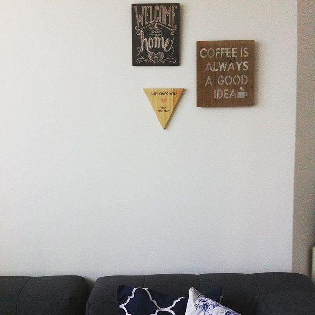 Começamos nossa parede de quadrinhos!!! A idéia é encher a parede atrás do sofá bem aos pouquinhos com quadros e fotos de vários lugares! #quadrinhos #nossacasinha