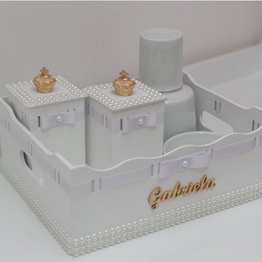 Kit higiene em mdf com aplique de pérolas!! Feito para decorar o quartinho da Gabriela  -> Como Decorar Kit Higiene Para Bebe Com Perola