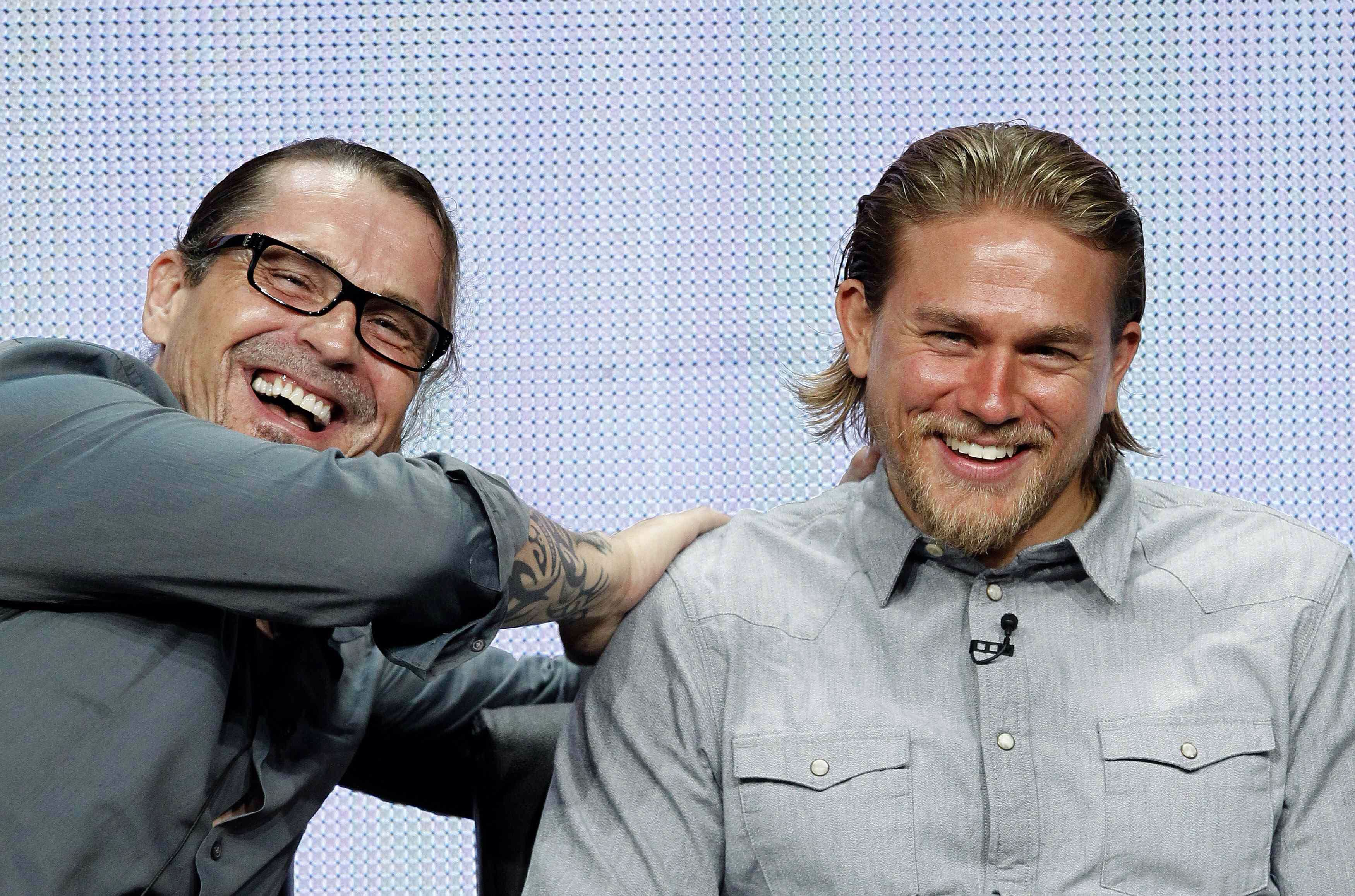 I Need More Pictures Of Charlie Smiling Because Season 7 Is Going To Be Really Hard Sons Of Anarchy Charlie Hunnam Sons Of Anarchy Cast