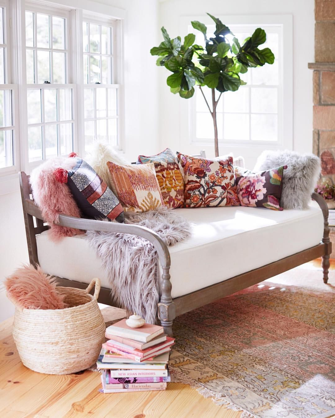 Living Room Translate To Indo: With Two Front Turned Legs, An Architectural Backrest And