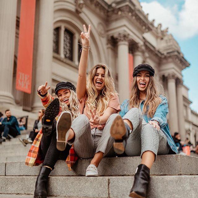 Friends in NYC 😍#foundonweheartit #Friendship #bestfriends #besties #girls #Friendshipgoals #squad #friends #bffgoals #bffs #bff #poses #peacesign #newyorkfashion