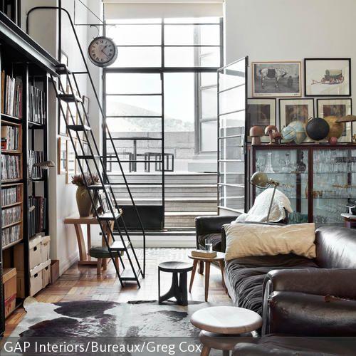 Dieses Individuelle Wohnzimmer Mit Treppe Ist Ein Paradies Fr Bcherwrmer Ber Eine Filigrane Metalltreppe