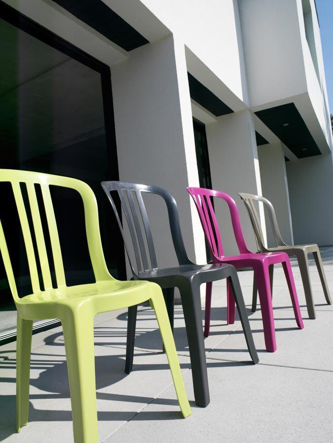 Assortiment d\'élégantes chaises en plastique Grosfillex, disponibles ...