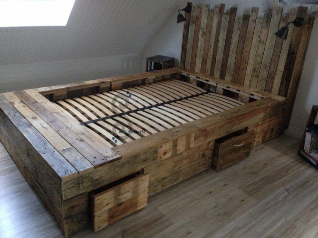 lit en palette de bois avec lumiere tte