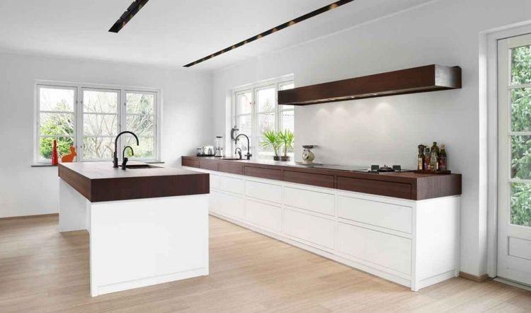 Weisse Kuchenfronten Graue Wandfarbe Und Dunkle Massivholz Arbeitsplatten Kuchendesign Modern Moderne Kuche Minimalistische Kuche
