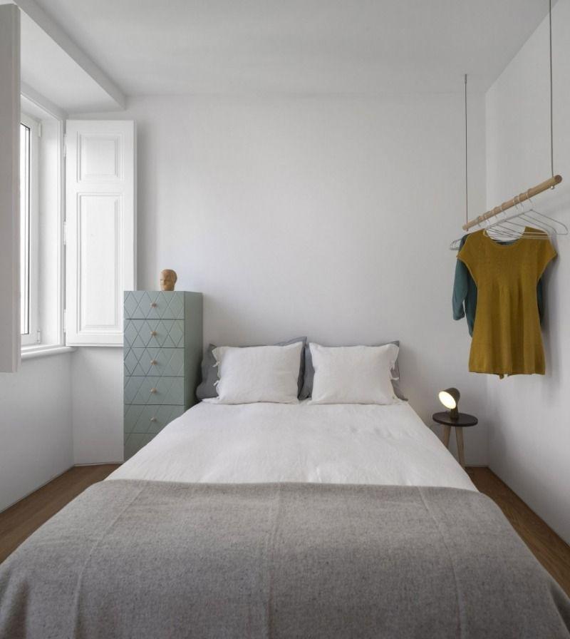 Hängende Kleiderstange kleines schlafzimmer weiss gestrichene wande hangende kleiderstange