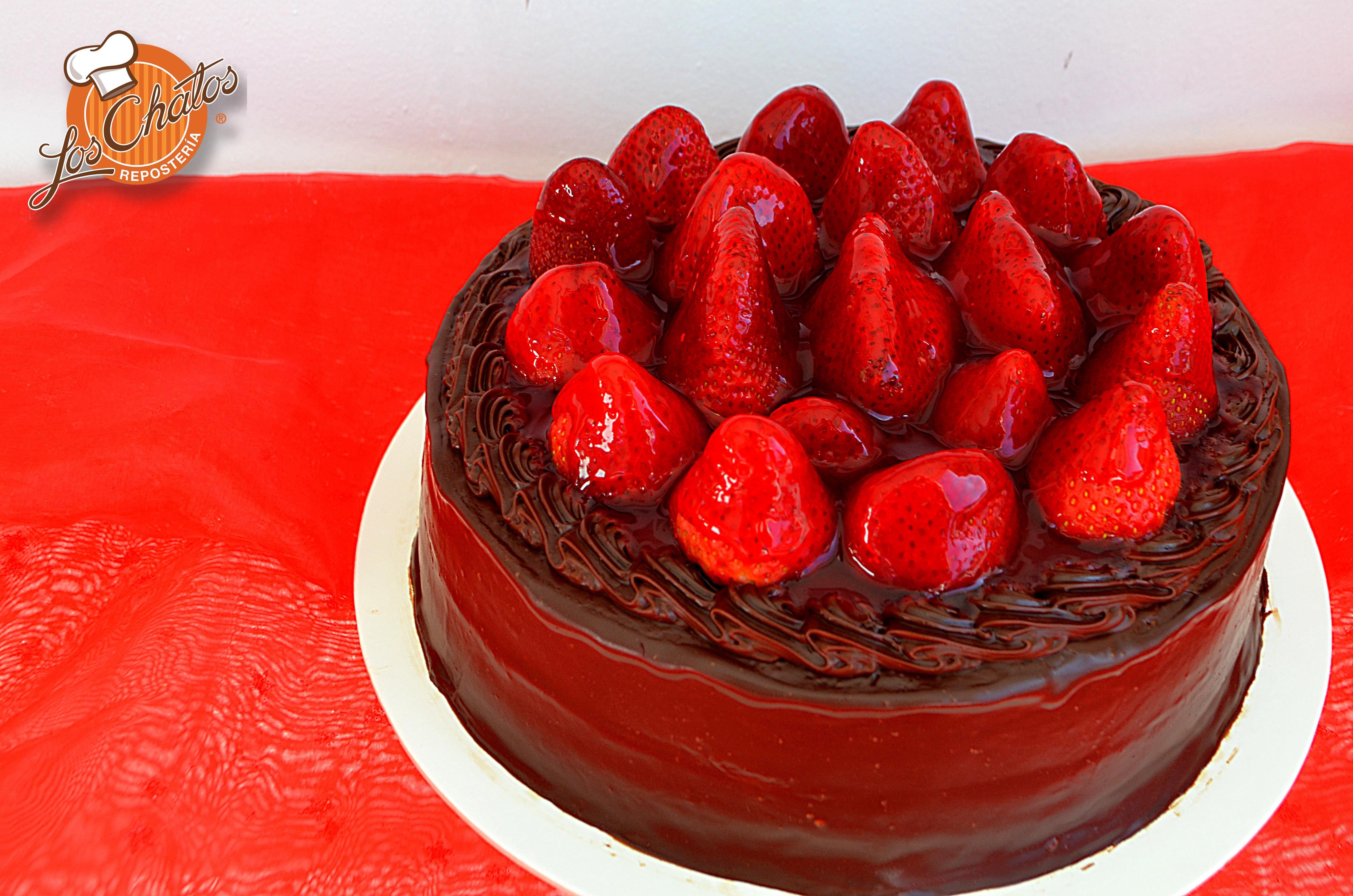 Pastel de chocolate con fresas enteras! #pasteles #delicias ...