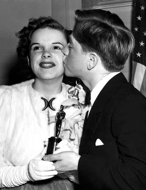 """29 February 1940: Judy Garland receives a special Academy Award (Best Juvenile Actress) for """"The Wizard of Oz"""" from Mickey Rooney"""