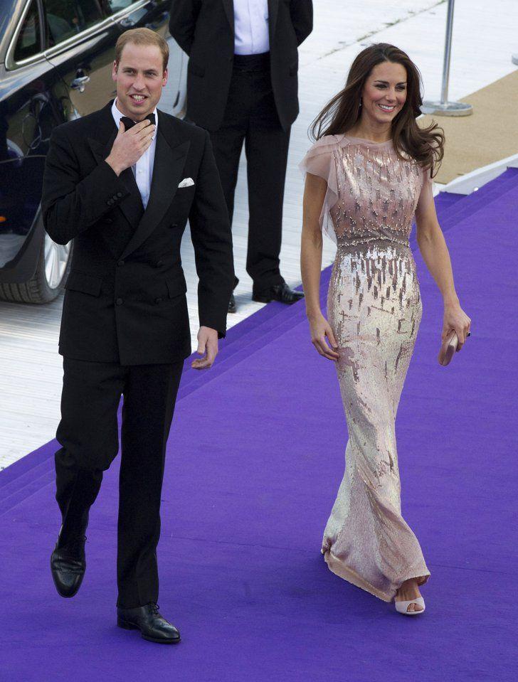 Kate en une robe de soirée longue colonne en sequin