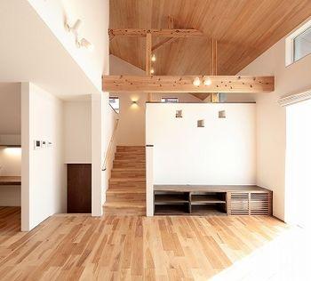 平屋 ならではの天井の高さをいかした 吹き抜けのリビング 木目が
