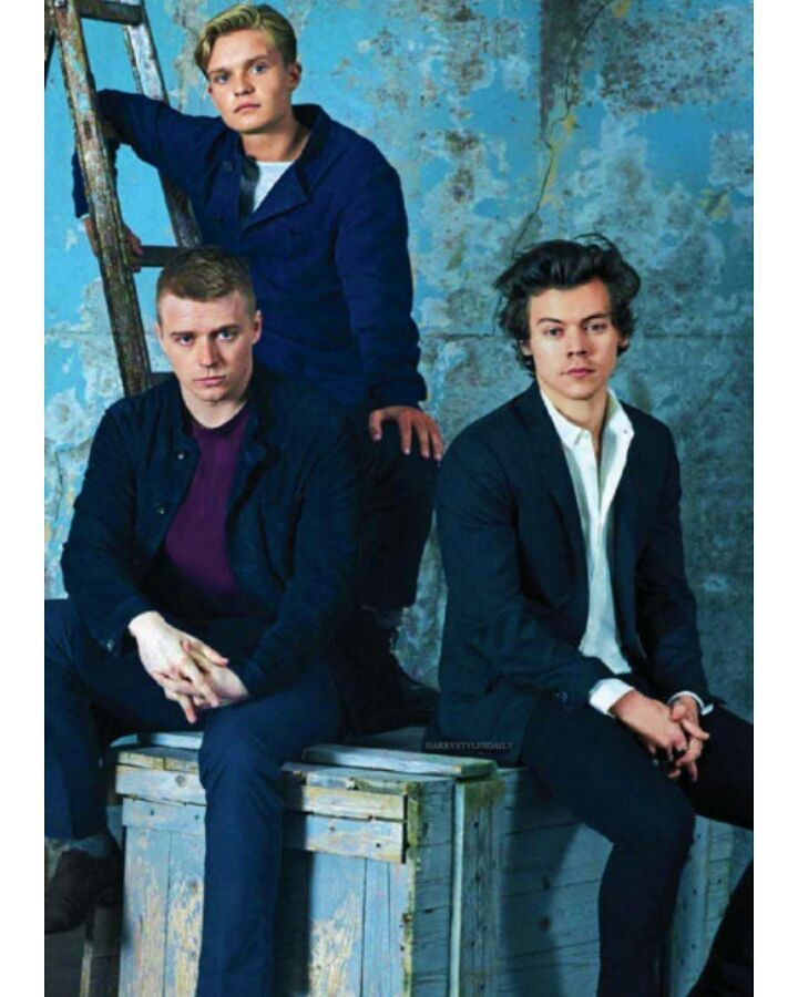 Harry Styles Jack Lowden And Tom Glynn Carney On A Photoshoot For Dunkirk Harry Styles Dunkirk Dunkirk Harry Styles