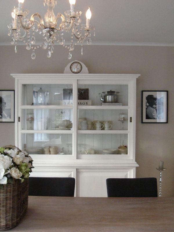 binatie witte kast beige muur antraciete stoelen licht