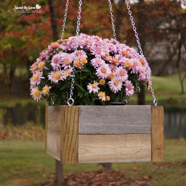 DIY Wood Pallet Hanging Planters @savedbyloves