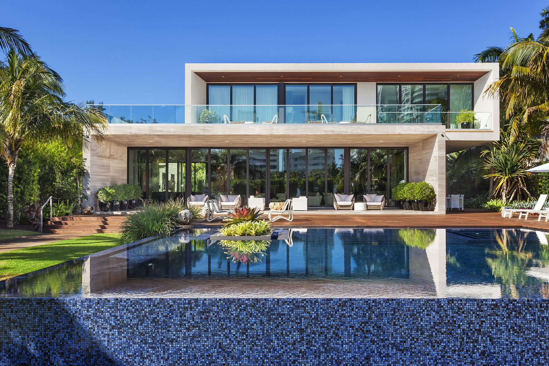 Beautiful Miami Beach Contemporary Home Nearly 10 000 Square Feet The Modern Mansion Features A Koi Pond Tropical Modern Mansion Mansions Waterfront Homes