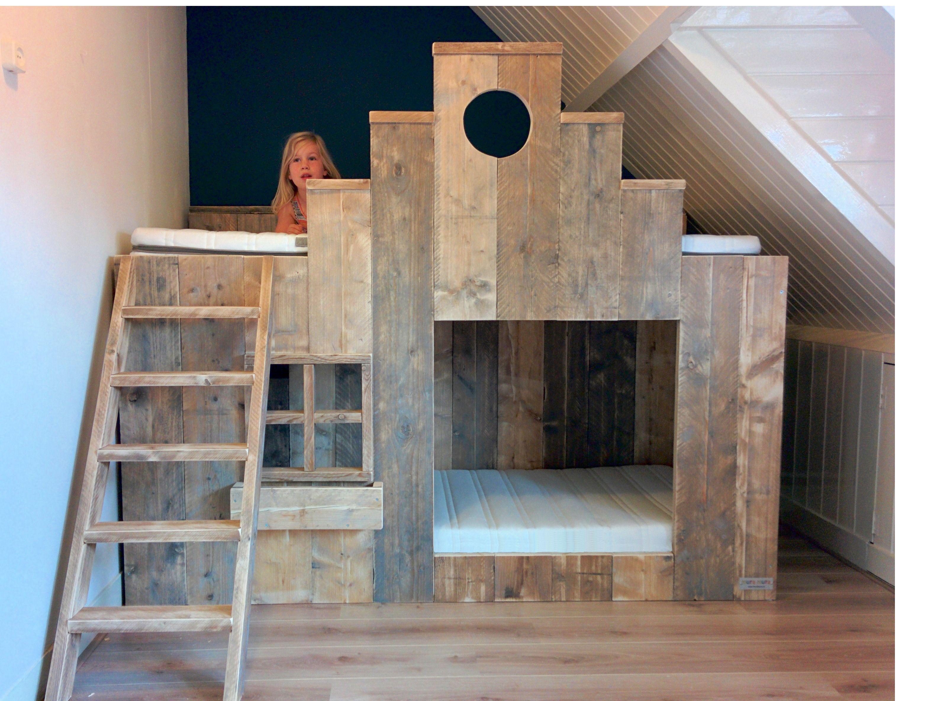 Speel stapelbed met trapgevel van gebruikt steigerhout van kids rooms kinderkamers - Stapelbed met opslag trappen ...