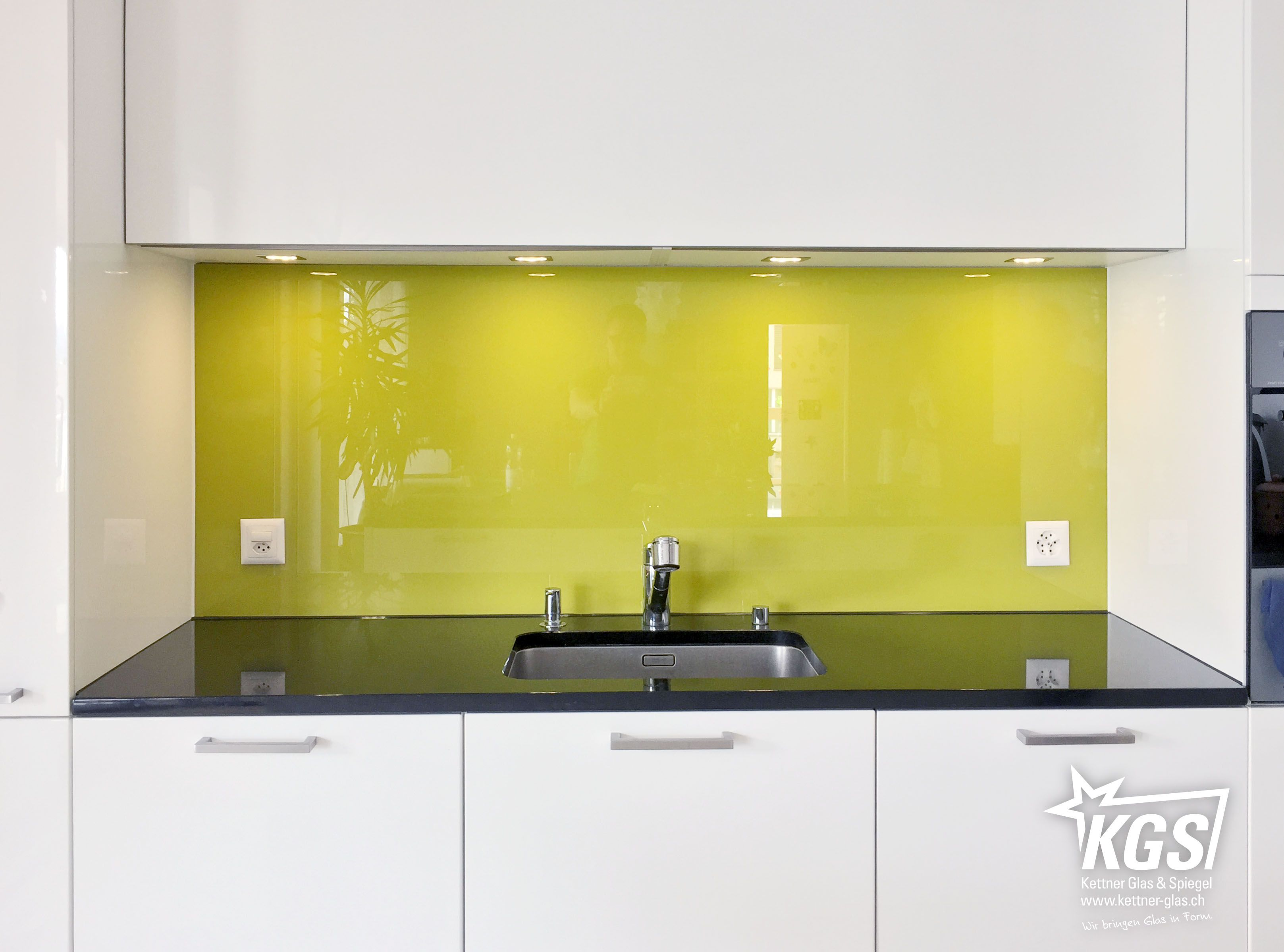 Echtglas-Küchenrückwand mit kt.COLOR 43.6 Olive-Lackierung auf ...