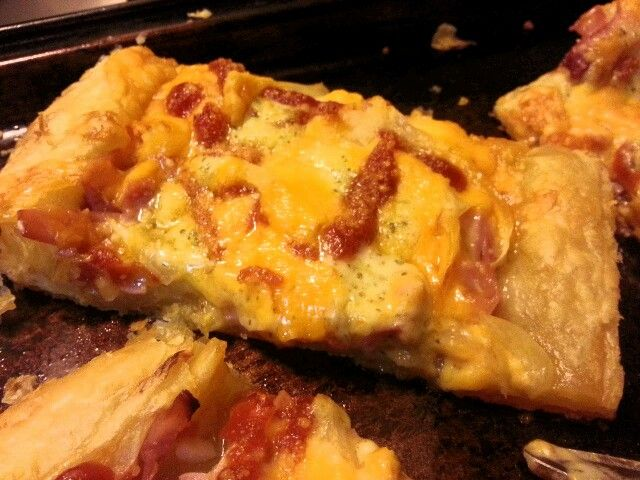Puff Pastry Pizza with ham, red onions, drizzle ketchup & cheese